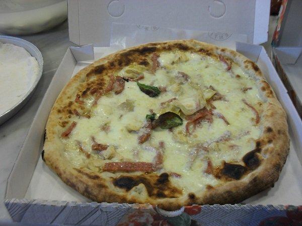 pizza con formaggio e salsiccia