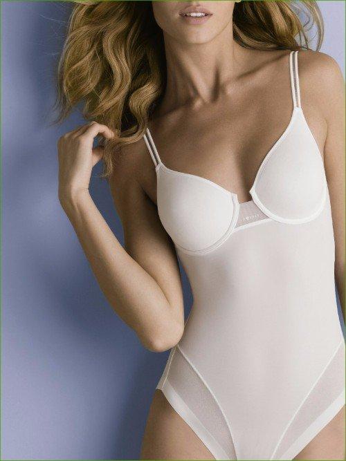 una modella che indossa un body di color bianco
