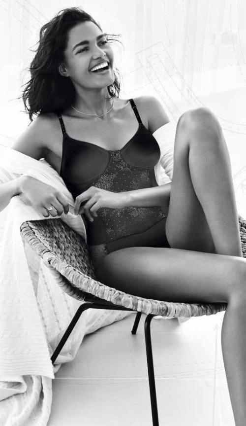 un donna seduta con un body in pizzo
