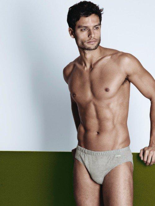 un uomo con mutande di color grigio