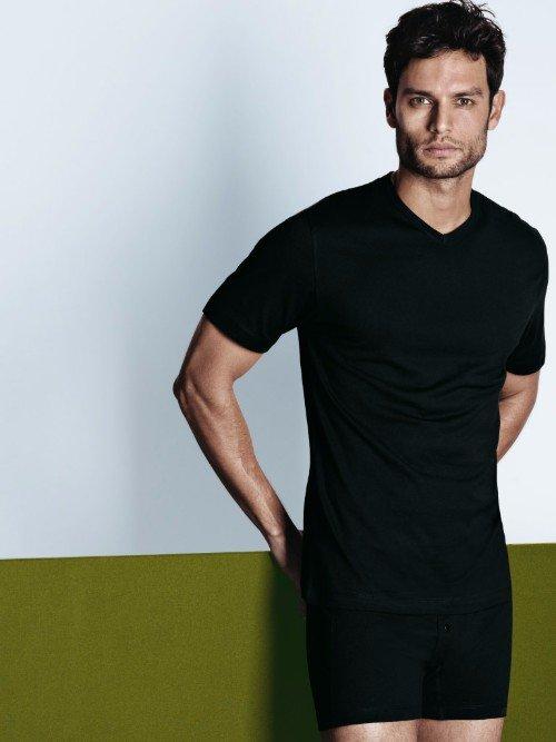 un modello con mutande e maglia intima di color nero