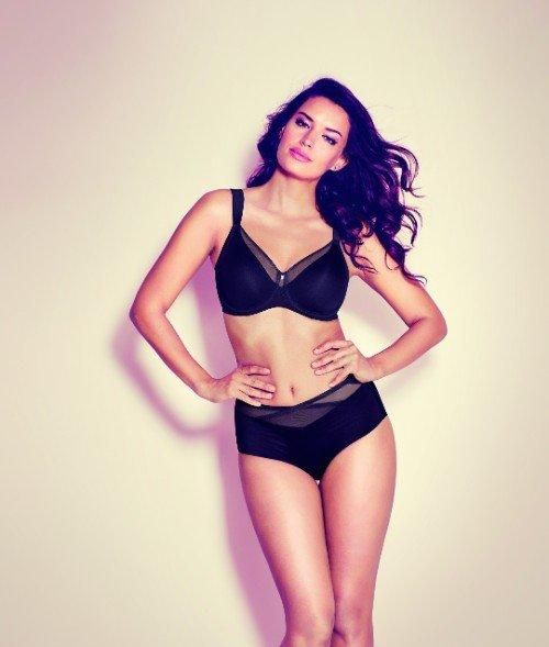 una modella con mutande e reggiseno di color nero con rete