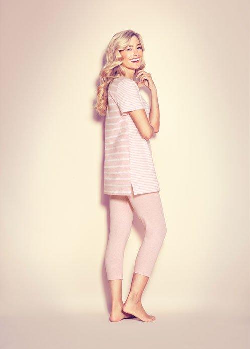 una donna con pigiama di color rosa