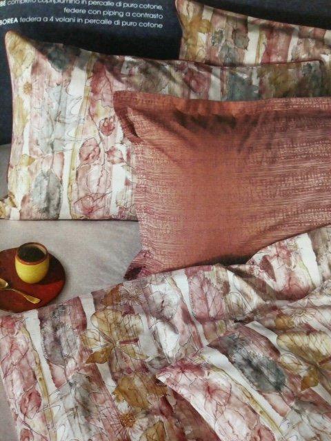 diversi cuscini sopra letto rifatto
