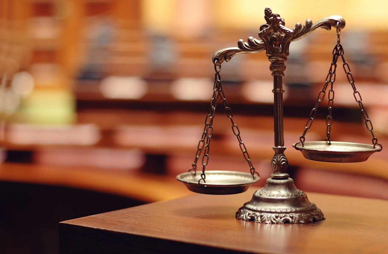 martelletto  del giudice e un computer