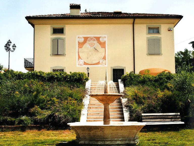 Vista frontale di una villa