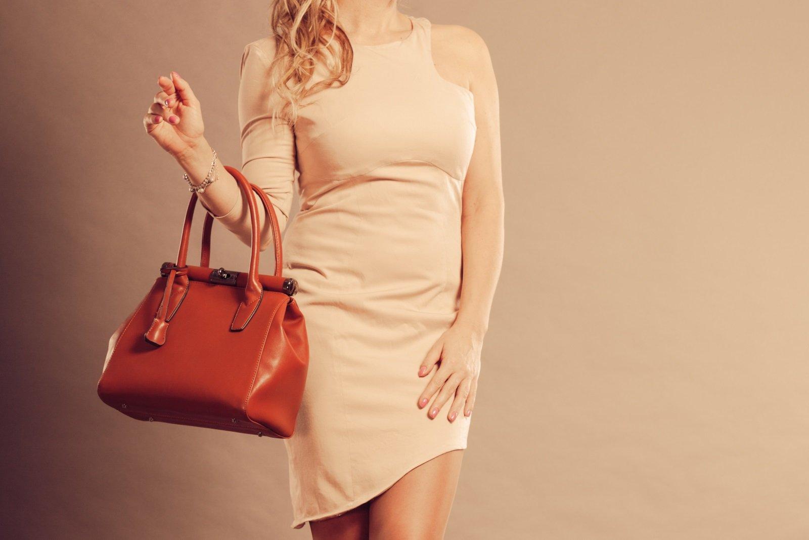 una donna con una borsa di pelle marrone