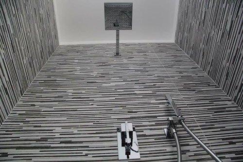 Muro di doccia con piastrelle di mille razze nere e bianche