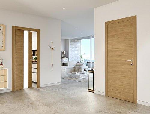Suolo di marmo, porte in legno, mobili chiari