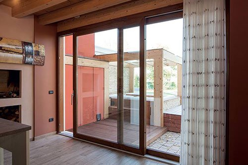 Stanza con suolo, tetto e porte scorrevoli di legno