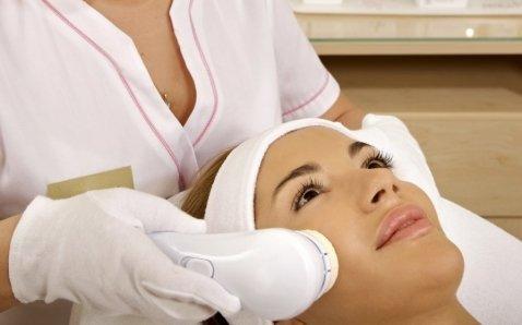 Massaggio al viso con strumenti all'avanguardia