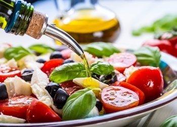 Insalata fresca di pomodoro, olive, mozzarella e basilico con olio d'oliva