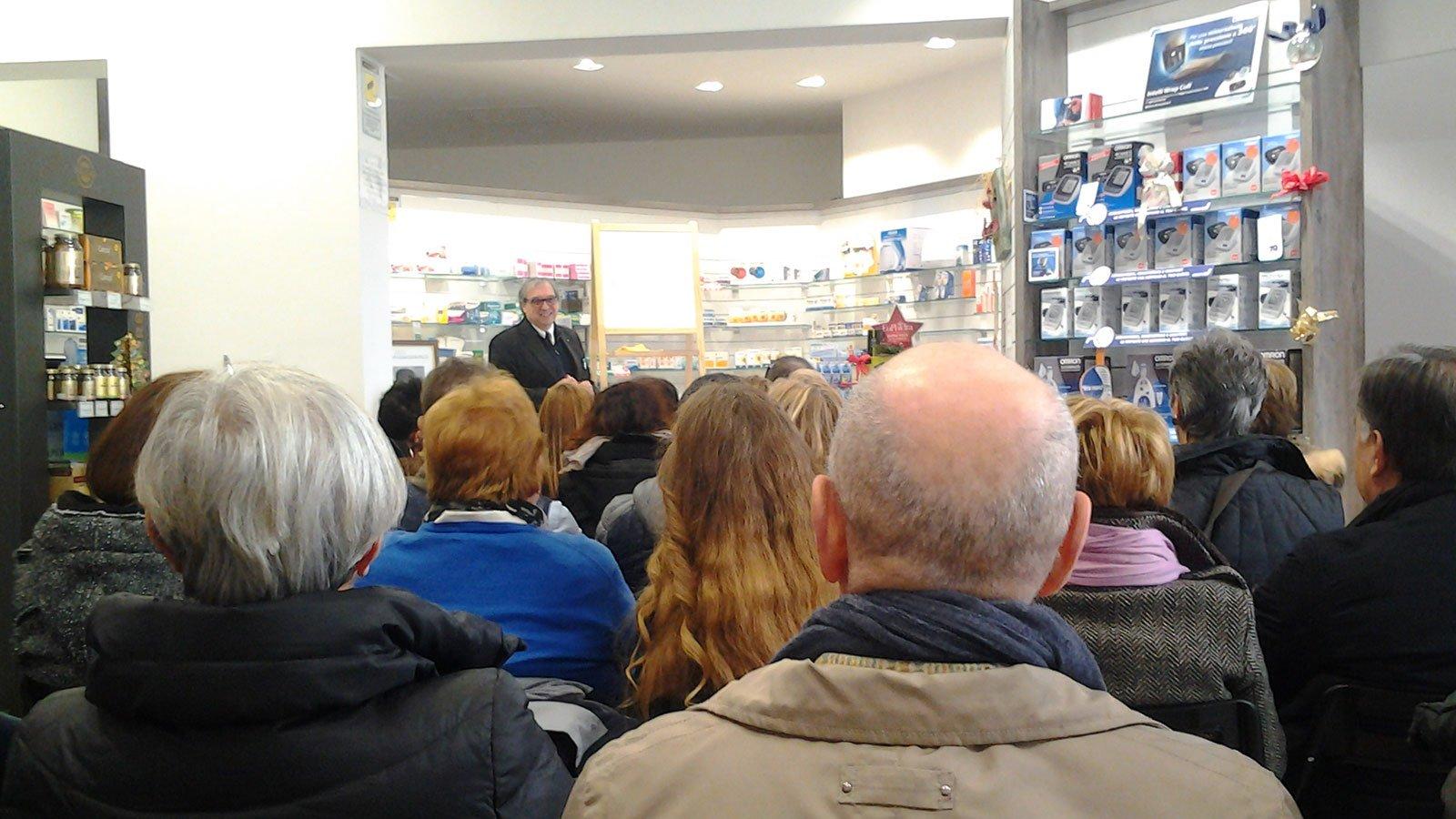 Ascoltando una conferenza nella farmacia