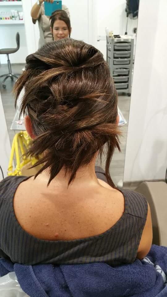 acconciatura donna capelli scuri legati