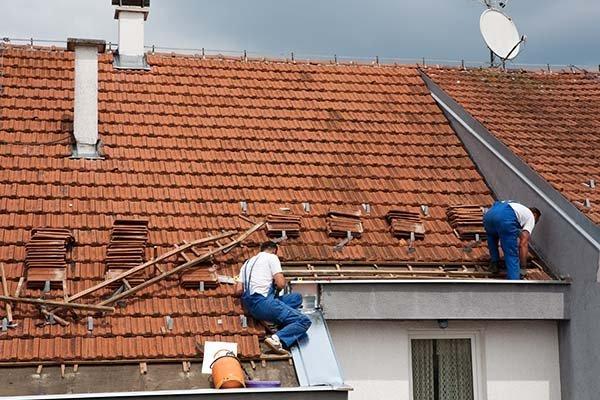 operai lavorano su un tetto