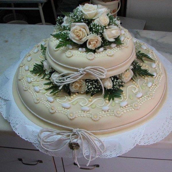 una torta a due piani con delle rose