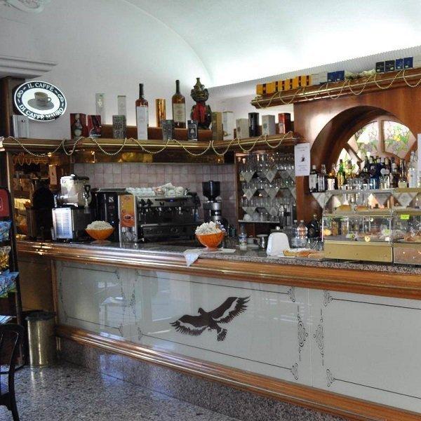 un bancone di un bar e vista delle bottiglie di liquore
