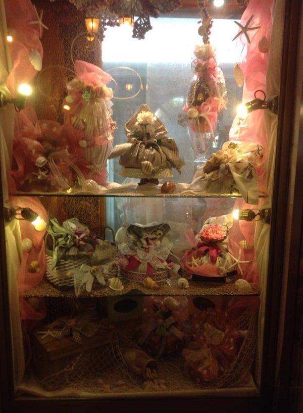 una vetrina con dei cestini regalo