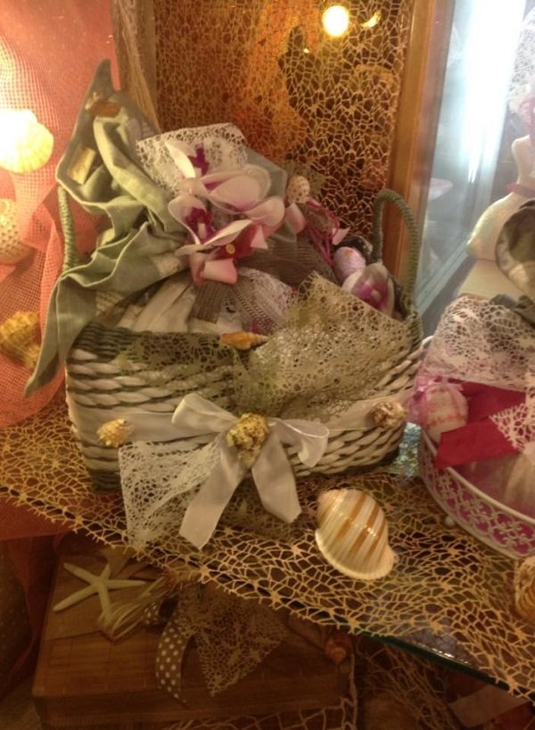 un cestino con dei fiocchi e dei fiori