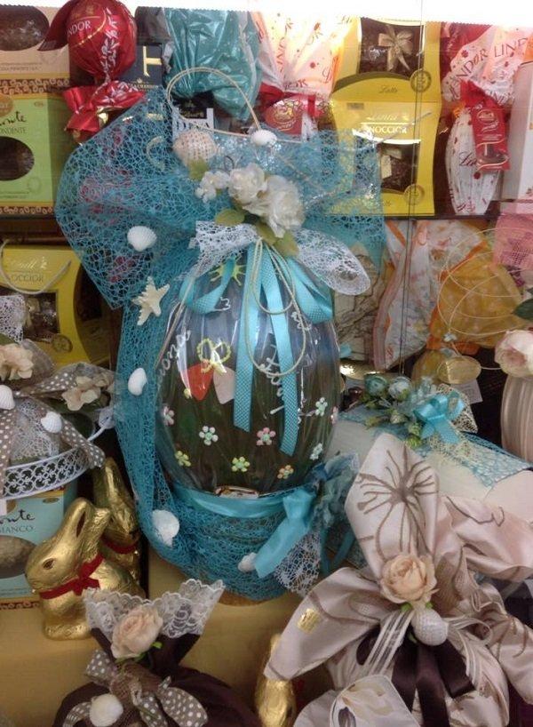un uovo di Pasqua con nastri azzurri