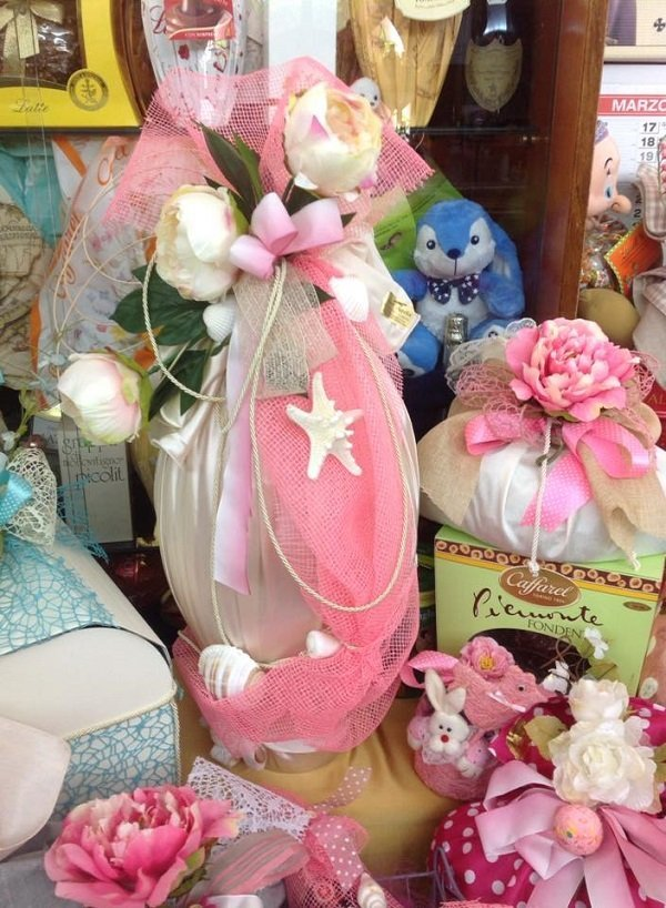 un uovo di Pasqua con pelo rosa e delle conchiglie