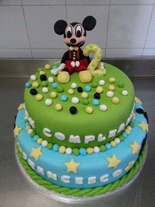 torta di compleanno con il pupazzo di Topolino