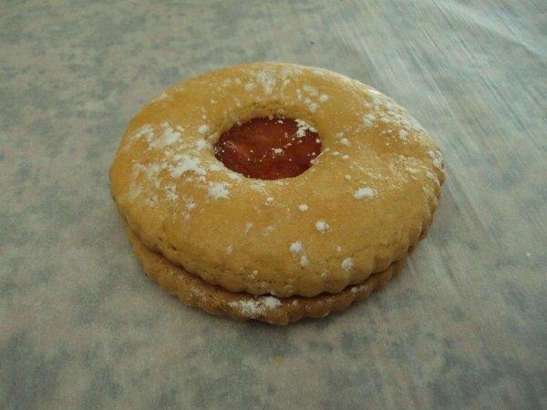 un biscotto ripieno di marmellata