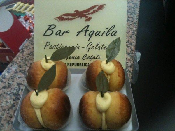 dei pasticcini a forma di mela