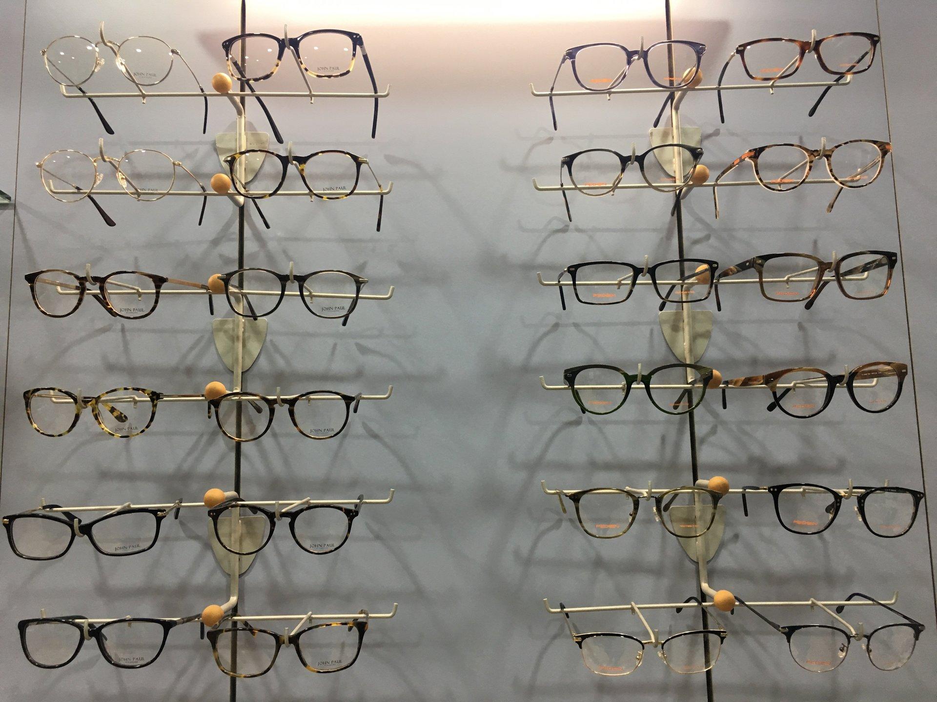parete con occhiali da vista in esposizione