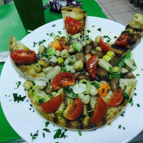 un piatto vegano con ceci, fave e cannellini