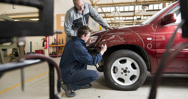 riparazione auto da parte di un operaio