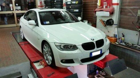 auto BMW in riparazione dentro un autofficina