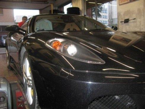 particolare  fanale anteriore di un auto nera
