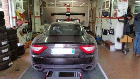 auto Maserati in una autofficina