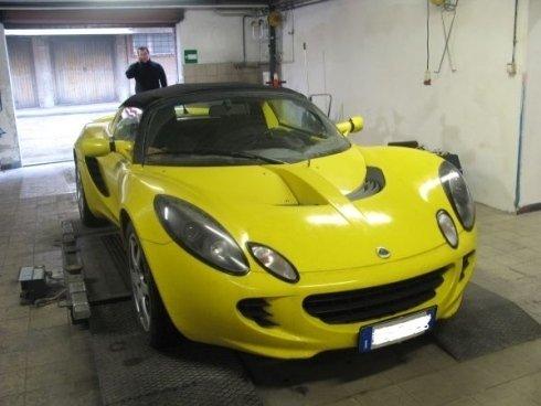 auto gialla sportiva dento un garage