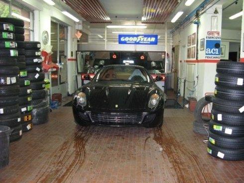 Porsche durante un cambio gomme
