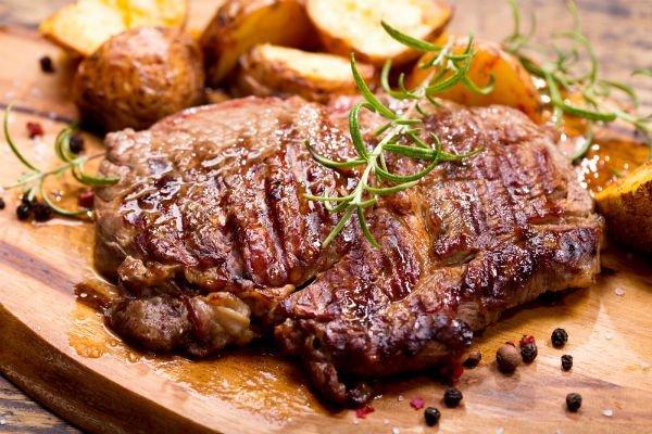 un filetto di carne con pepe nero e rosmarino