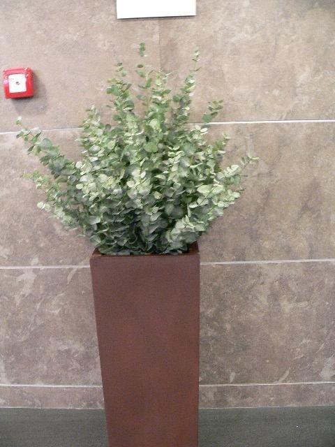 Fioriera con piante artificiali