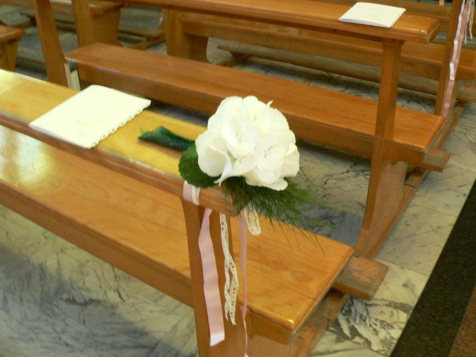 Decorazione di fiori in chiesa per matrimonio