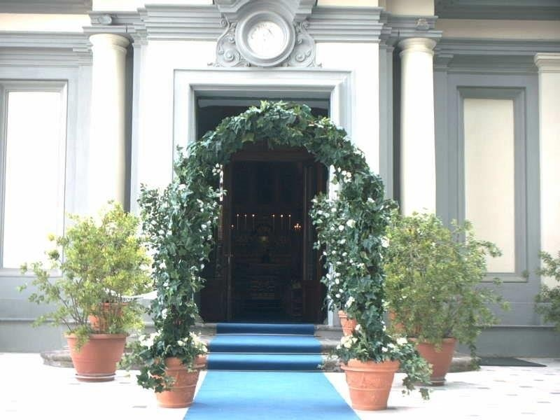 Ingresso chiesa con composizioni floreali per matrimonio