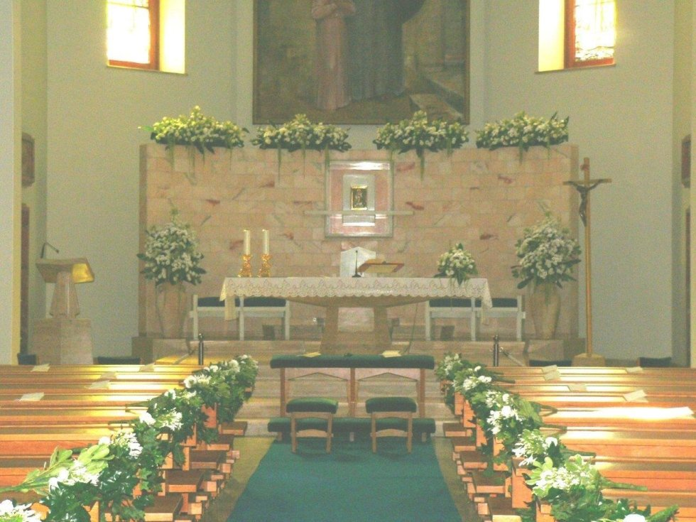 Chiesa addobbata per cerimonia nuziale