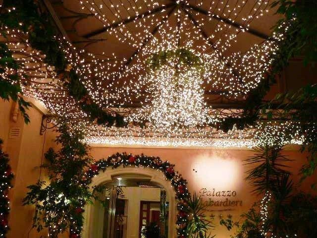 Allestimento con luci natalizie, Palazzo Alabardieri, Napoli