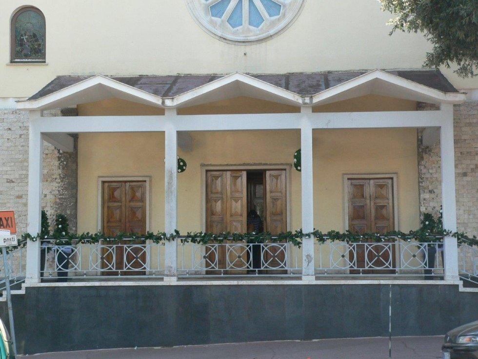 Fronte chiesa con addobbi per matrimonio