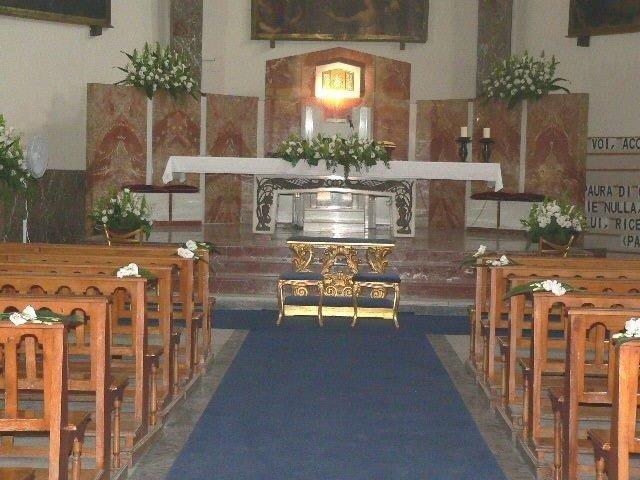 Chiesa addobbata con fiori artificiali per cerimonia nuziale