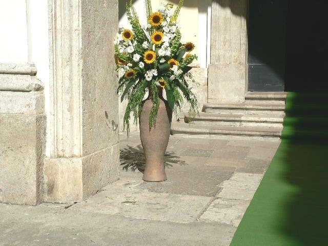 Vaso con fiori artificiali per eventi