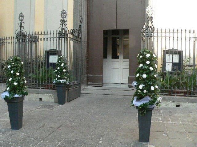 Fioriere con composizioni di fiori artificiali per matrimonio