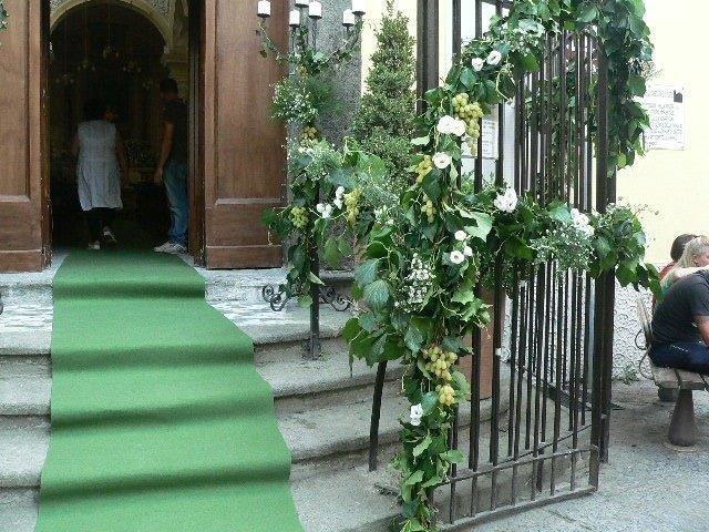 Esterno chiesa con addobbi floreali per matrimonio