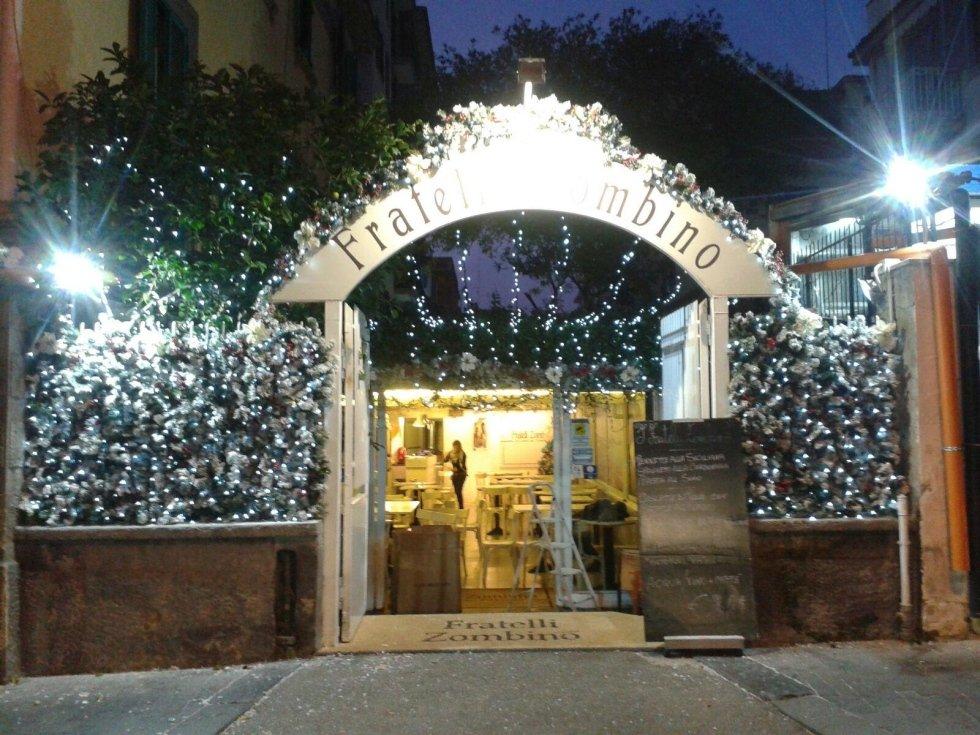 Luci natalizie e addobbi allestiti presso la pizzeria Fratelli Zambino di Napoli