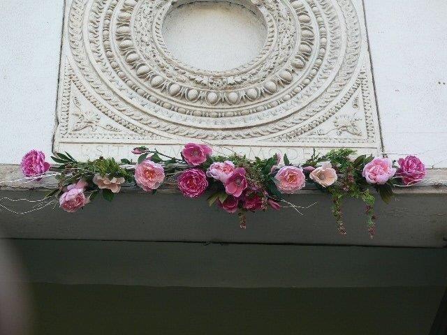 Cornice di fiori artificiali entrata chiesa