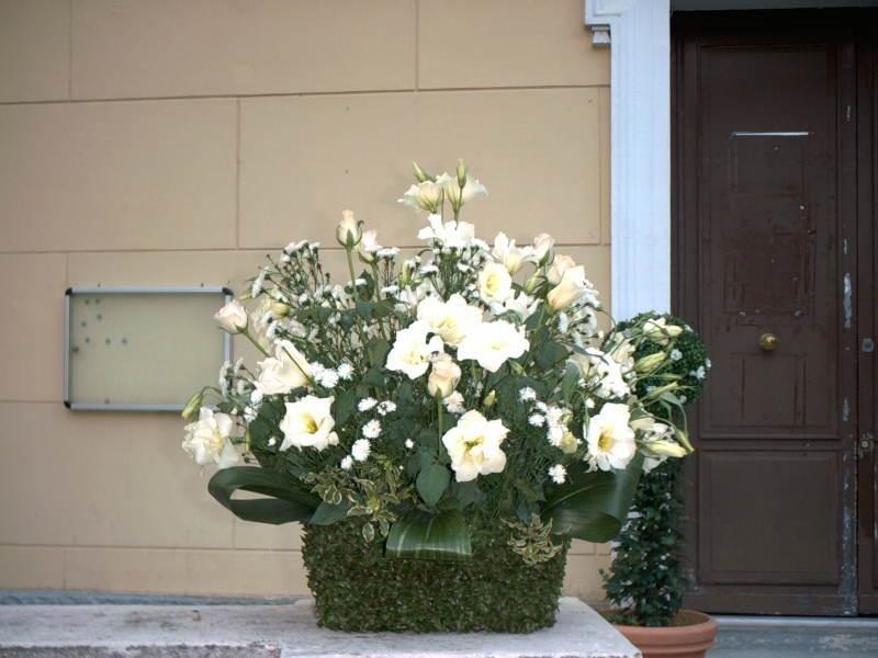 Cesto con fiori artificiali